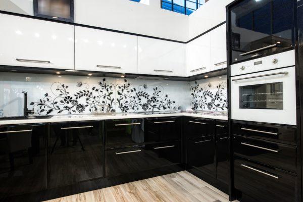 Лакобель с графикой на кухне