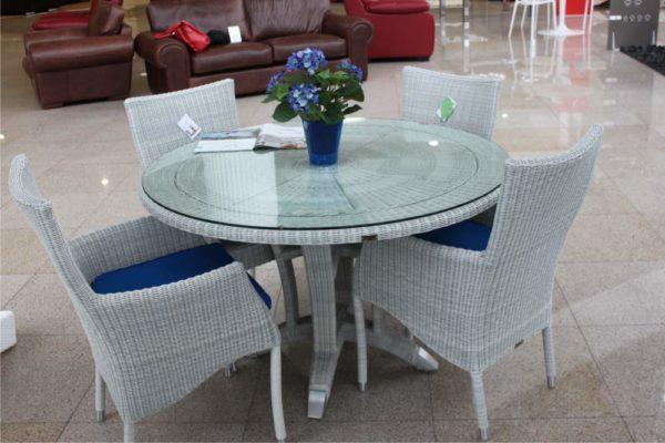 Обеденный стол из ротанга