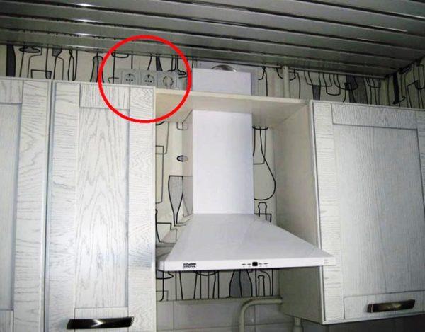 В зависимости от модели вытяжки, на кухне потребуется либо просто электрический вывод, либо розетка