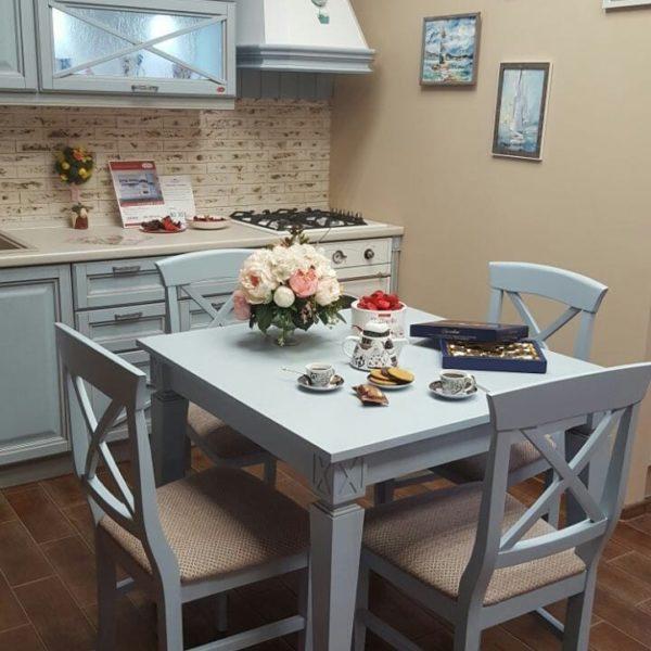 Квадратный стол для маленькой кухни