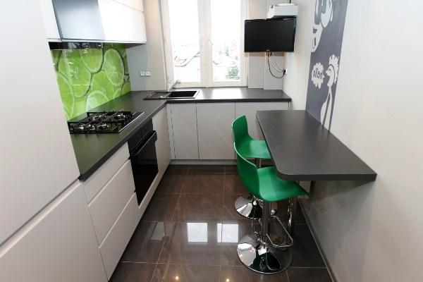 вытянутая столешница на маленькой кухне