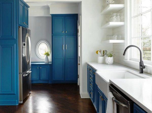 Темно-синяя кухня с белым