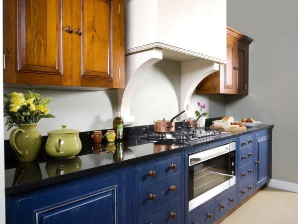Темно-синяя кухня с деревом будет выглядеть благороднее, особенно если вы используете темные сорта этого материала