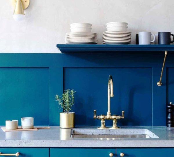 Темно-синяя маленькая кухня