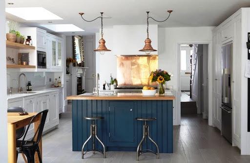 Желтый металл в сочетании темно-синего цвета на кухне