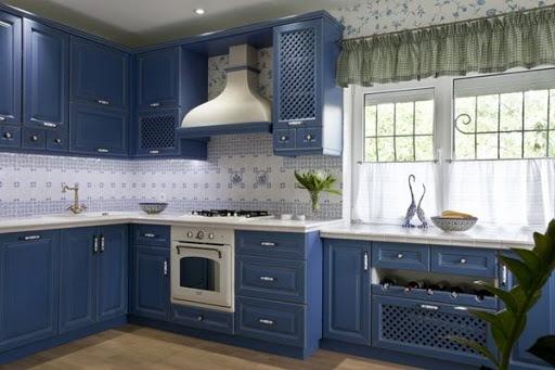 Белая столешница в темно-синей кухне