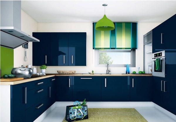Маленькая кухня в темно- синем цвете