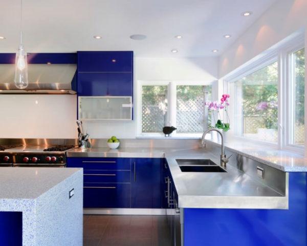 Темно-синяя кухня с белыми горизонтальными поверхностями приобретет еще больше очарования в сочетании с белыми стенами