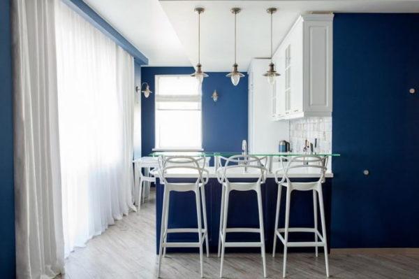 Шторы в темно-синей кухне
