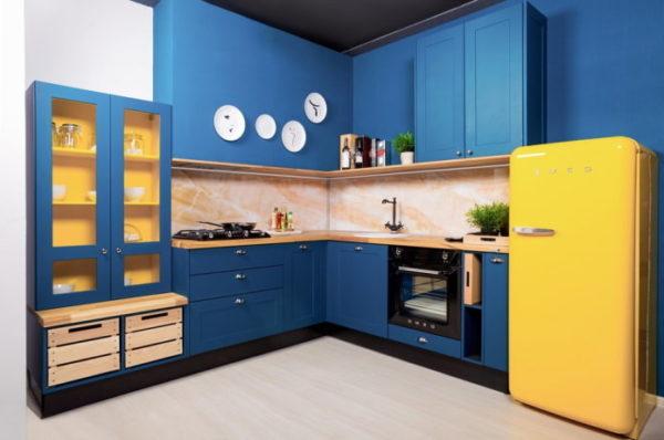 Фартук на темно-синей кухне