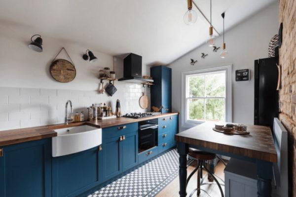 Темно-синя кухня с медью