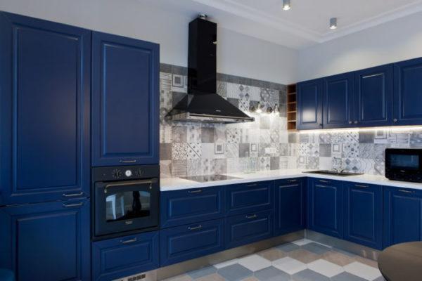 Фартук на темно-сине кухне