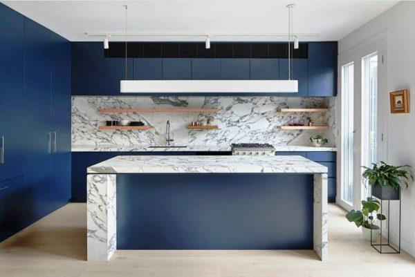 Темно-синяя кухня с белой столешницей