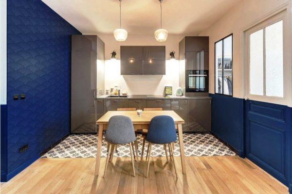 Кухня-гостиная в темно-синем цвете