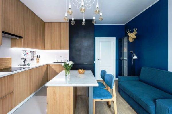 Темно-синяя стена на кухне
