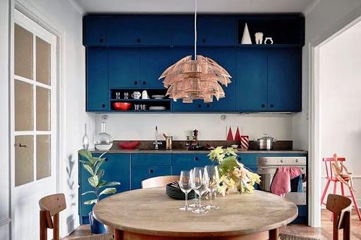 Маленькая темно-синяя кухня