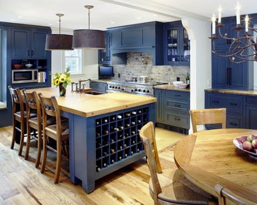 Темно-синяя кухня с деревом