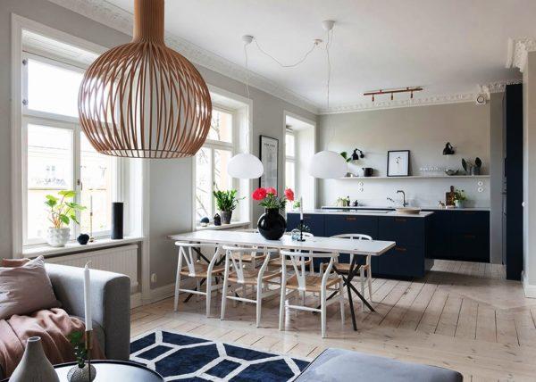 Темно-синяя кухня гостиная