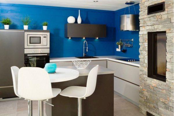 Темно-синяя краска ― это самый простой вариант, в то время как синяя настенная плитка добавит дополнительный слой текстуры и детализации