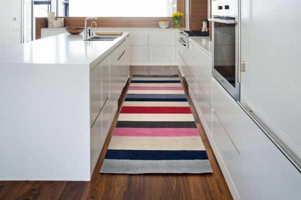полосатый пол увеличивает пространство кухни