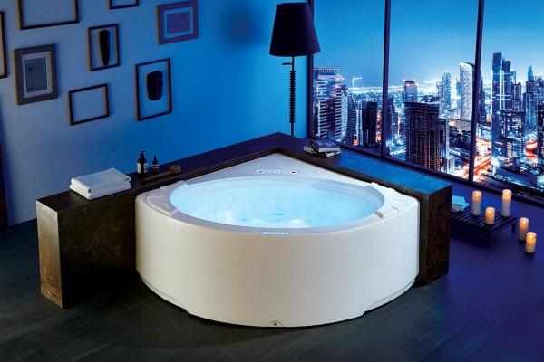 угловая акриловая ванна в интерьере