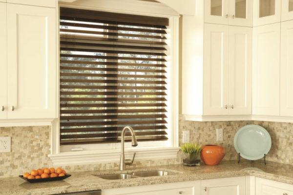 Если у вас небольшая кухня и маленькое окно, горизонтальные ламели отличный вариант