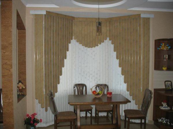 Набирают популярность мультифактурные жалюзи, декорированные и собранные в виде арки или лесенки