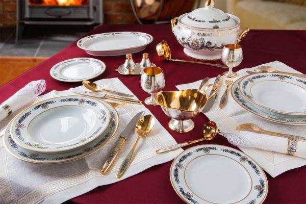 Фарфоровая посуда для сервировки обеденного стола на кухне
