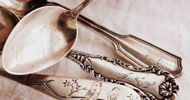 столовое серебро для сервировки обеденного стола на кухне