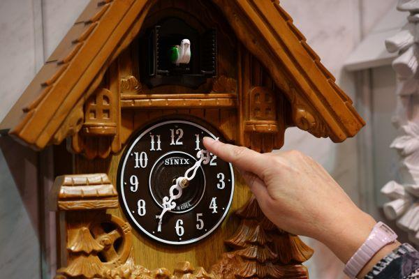 часы с кукушкой в интерьере