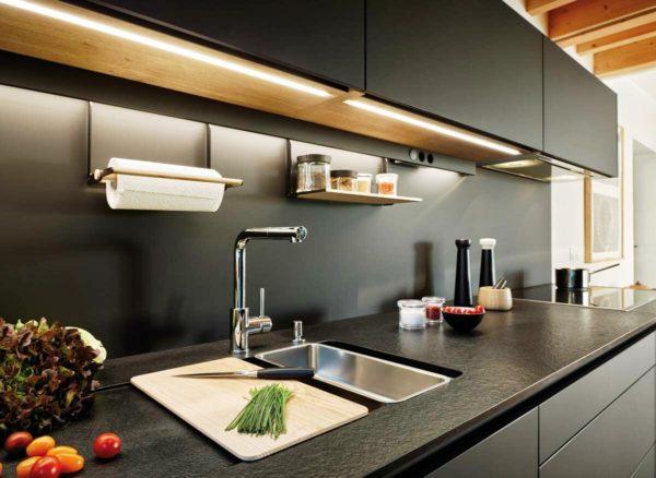 Это именно та рабочая поверхность, которая в кухне задействована по максимуму. Здесь все продукты проходят первичную обработку